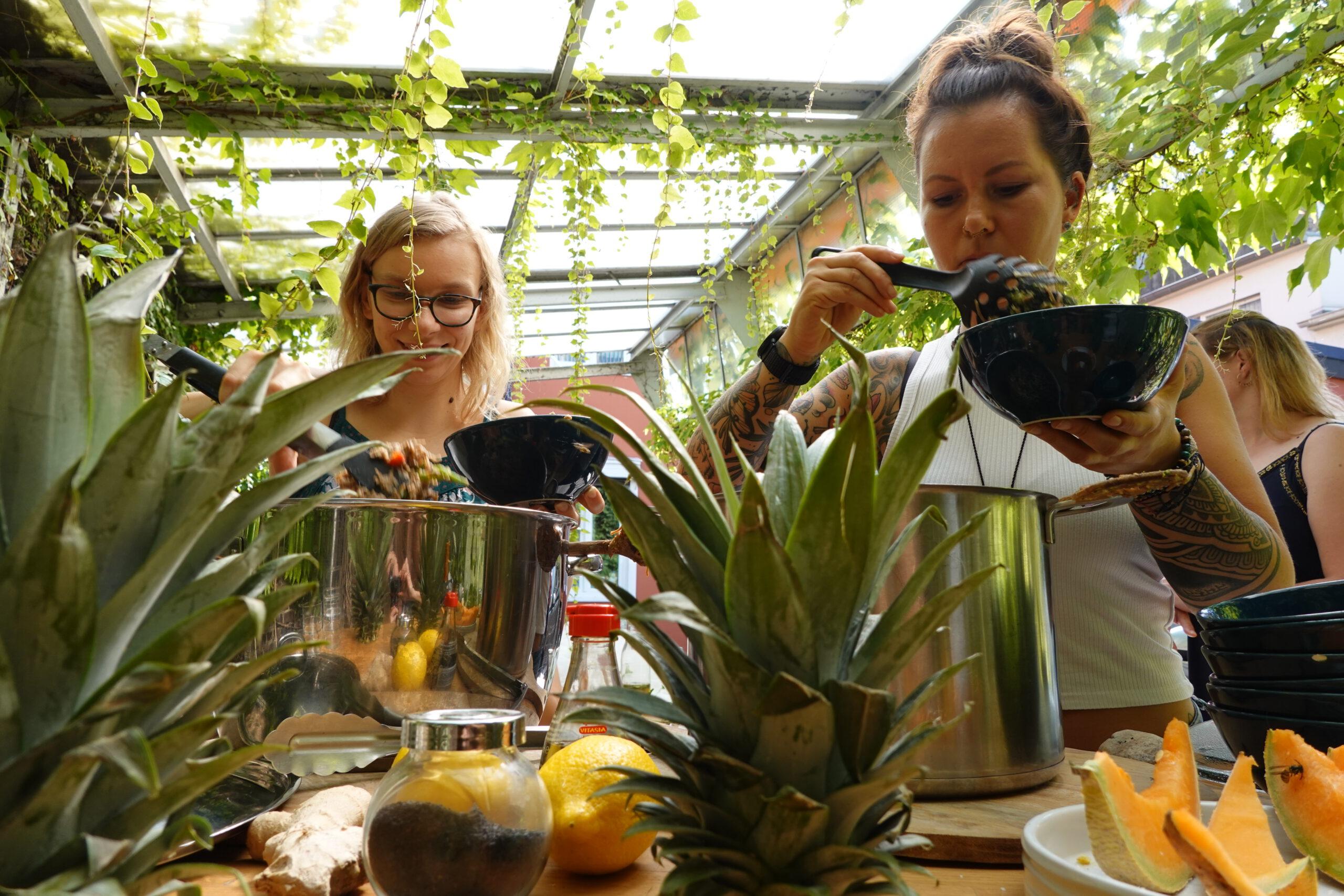 Ayurveda Kochkurs beim gemeinsamen Zubereiten