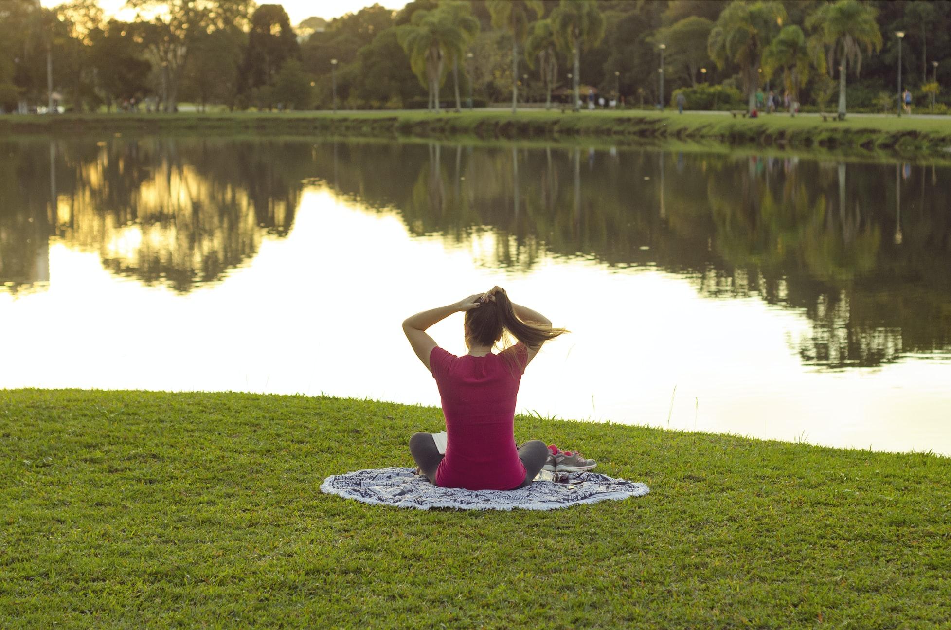 Yoga im Park in Düsseldorf am See